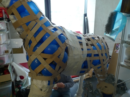 renforts du squelette de la girafe avec des ballons