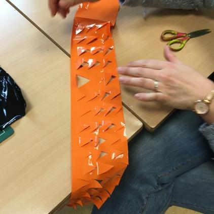 des plumes de pinguouin en plastique découpé