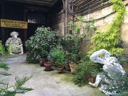 singes dans une cour parisienne