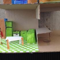 Création Apolline : une cuisine verte avec table rabatable vers le salon