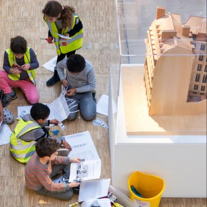 En atelier dans l'exposition, les enfants aident à remettre en ordre les dossiers